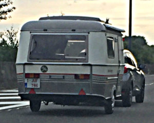 Caravan met Juf-kenteken